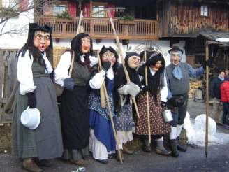 5 Maschere da Contadini del carnevale di Sappada. Fotografia di Linda Armano